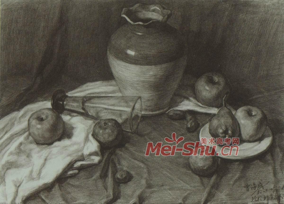 素描静物玻璃杯花瓶碗台布红苹果辣椒组合范画(4)