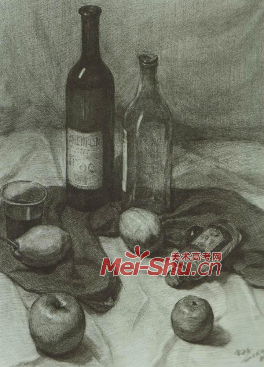 素描静物玻璃酒瓶玻璃杯子奶茶勺子深色台布